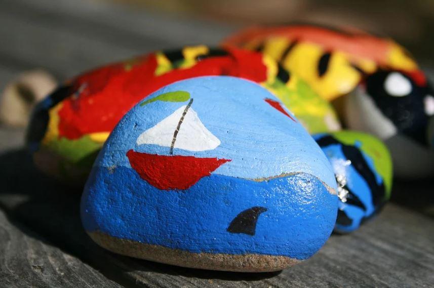 Manualidad: pintar piedras